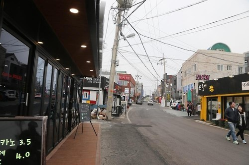 Lượng khách du lịch ít ỏi trên một con phố ở Đỉnh Seongsan Sunrise, phía nam đảo Jeju ngày 13/3. Ảnh: Yonhap.