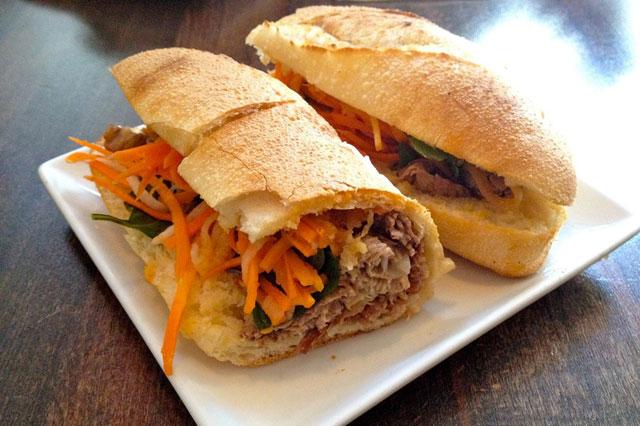 Bánh mì cay Sài Gòn được phục vụ tại Saigon Shack
