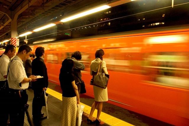 Đẩy hành khách lên tàu điện ngầm là một nghề đặc biệt ở Nhật