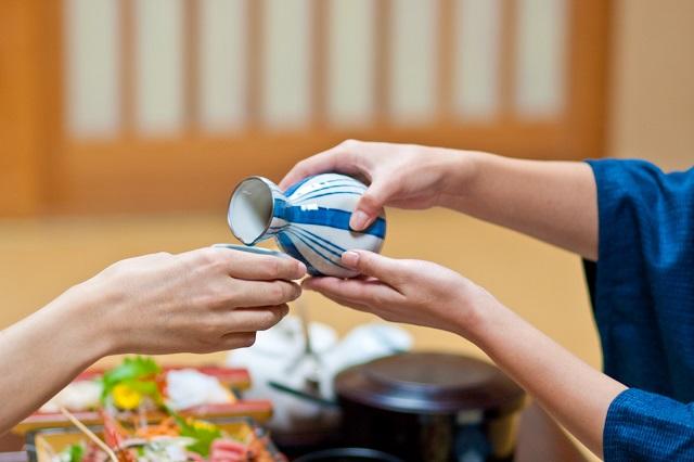 Khi đến Nhật bạn không nên có hành động rót nước cho mình trước vì nó khiến người đối diện mất thiện cảm về bạn