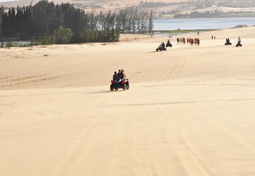 Đua xe địa hình trên đồi cát ở Mũi Né