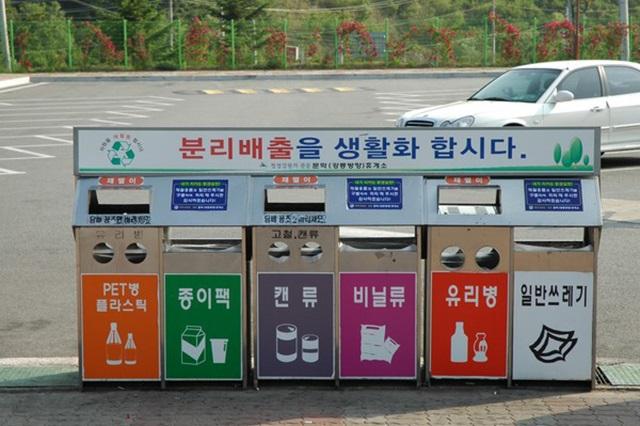 Nhật Bản quy định phân loại rác vào những thùng khác nhau theo hướng dẫn