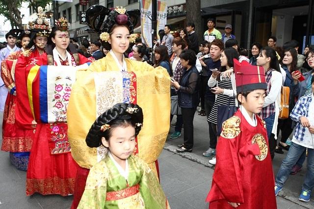 Phố đi bộ Insadong còn nơi thường xuyên tổ chức những lễ hội truyền thống