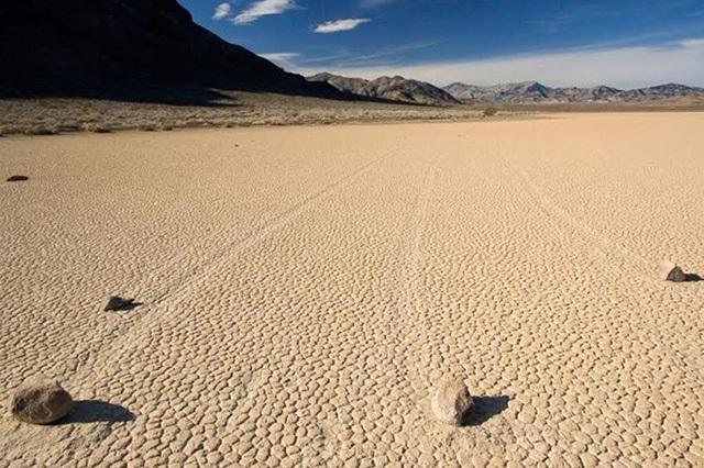"""Những hòn đá với các """"vệt di chuyển"""" bí ẩn ở Thung lũng Chết"""