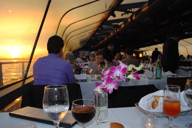 Thưởng thức bữa tối sang chảnh trên du truyền Bateaux