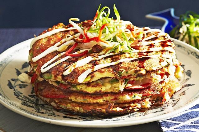 Okonomiyaki, một trong những món ăn đường phố nổi tiếng ở Nhật