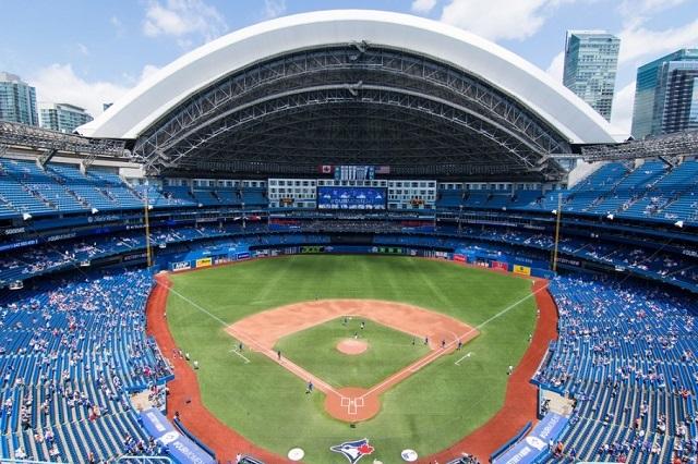 Bạn có thể đền tham quan Rogers Center ở số 1 Blue Jays Way, Toronto