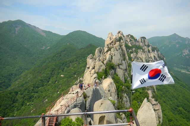 Vượt qua những con đường mòn trên núi là một trong những hoạt động thú vị ở Sokcho