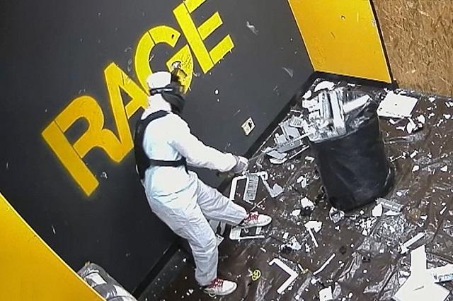 Căn phòng Rage Room với đồ vật bị người chơi phá tung