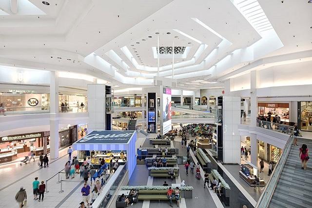 Khách hàng có thể tìm thấy mọi thứ mình cần ở Woodfield Mall