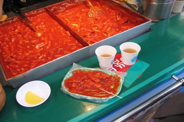 Món bánh gạo nổi tiếng của ẩm thực Hàn với lớp nước sốt đỏ sóng sánh