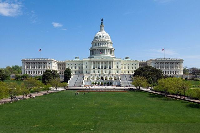 Điện Capitol nhìn từ xa dáng vẻ đồ sộ, vừa mang nét kiến trúc cổ kính và hiện đại