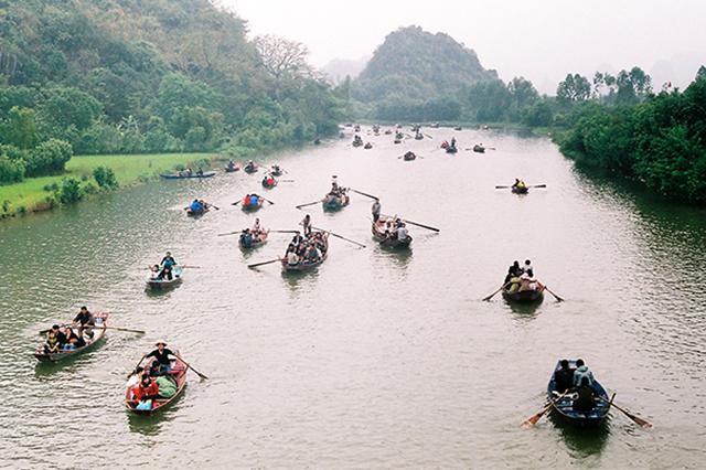 Những đoàn thuyền nô nức kéo nhau đi lễ chùa Hương