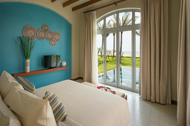 Bên trong phòng FLC Luxury Resort Sầm Sơn nổi bật với hai màu chủ đạo trắng – xanh