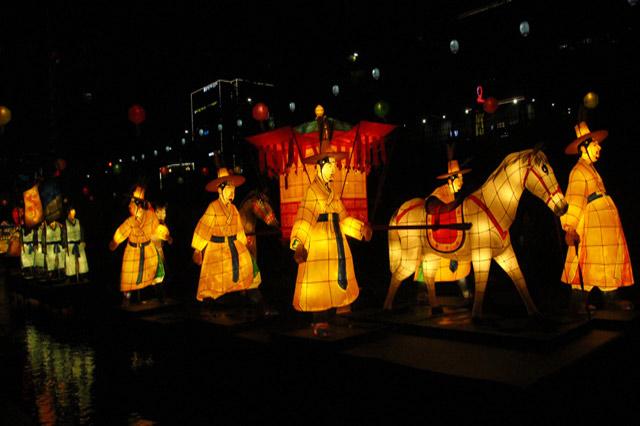 Thời điểm diễn ra lễ hội đèn lồng, dòng suối Cheonggyecheon càng lung linh và huyền ảo hơn