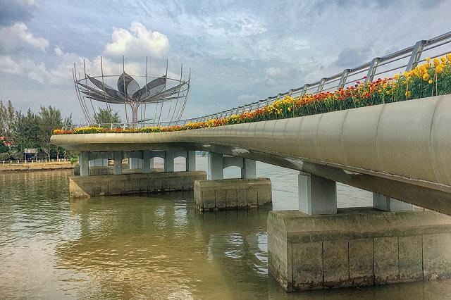 Cầu đi bộ ở bến Ninh Kiều