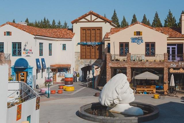 Meta Provence tựa như một ngôi làng cổ tích